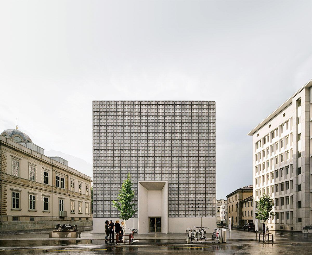 Monumental, aber etwas alleine: Das oberirdische Volumen der Erweiterung des Bündner Kunstmuseums schafft keinen räumlichen Bezug zur Villa Planta (links).