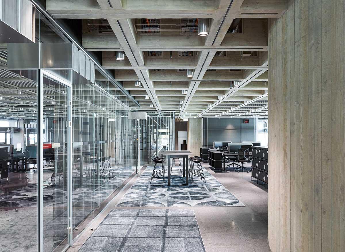Zwischen den Studios im Erdgeschoss und den Redaktionsräumen in den oberen Geschossen sind im ersten Obergeschoss Produktionsräume untergebracht. Bild: Georg Aerni