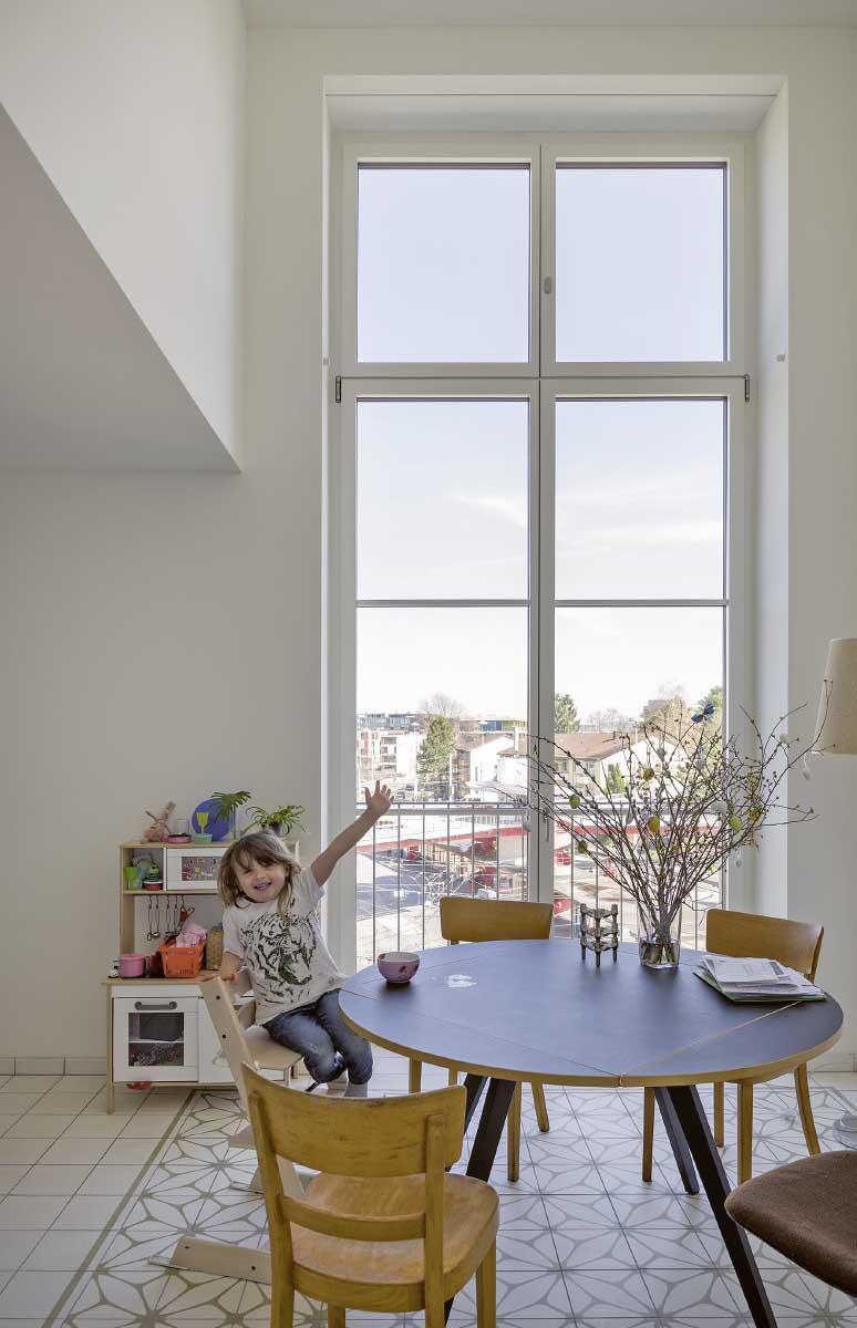 Zur lärmigen Strassenseite liegen Treppen, Sanitärräume und die Esszimmer mit den Küchen. Ihre versetzte Anordnung ermöglichte doppelte Raumhöhe. Bild: Johannes Marburg