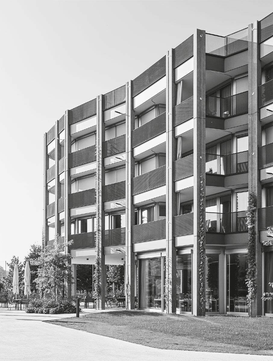 Halb Landschaft und halb Gehäuse schlägt das Altersheim domestiziert brutalistische Töne an.