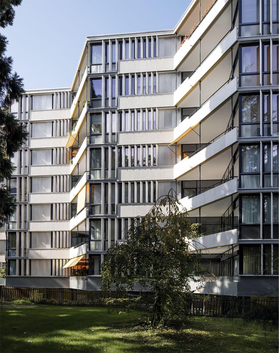 Miremont-le-Crêt: Blick vom Park auf die Wohnhäuser: Die Betonelemente und die Sichtblenden aus Aluminium blieben im Original erhalten, im Fensterbereich sind alle äusseren Oberflächen neu.