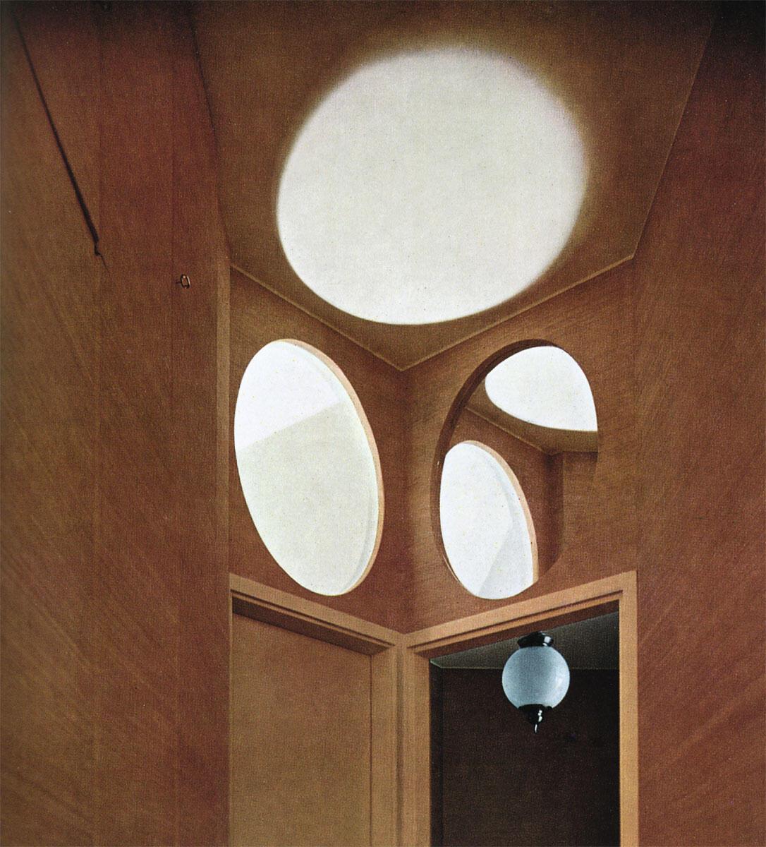 Wohnung an der Via Vigoni: Spiegel, Deckenleuchte und kreisrunde Öffnung ergeben ein irritierendes Vexierspiel und erweitern den Raum.