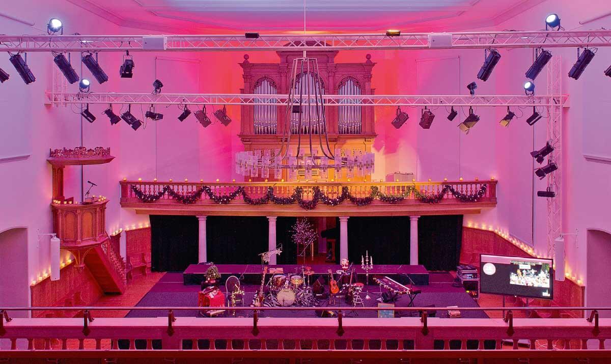 Aus der Kirche wurde ohne bauliche Eingriffe eine regionale Bühne für Theater und Comedy: Das «Dömli» in Ebnat Kappel.  Bild: Karin Hofer / NZZ