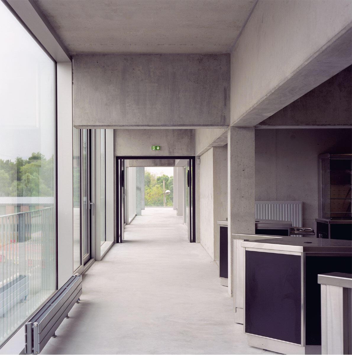 Massive Unterzüge strukturieren den Raum wie bei Enfiladen.  Bild: Maxime Delvaux