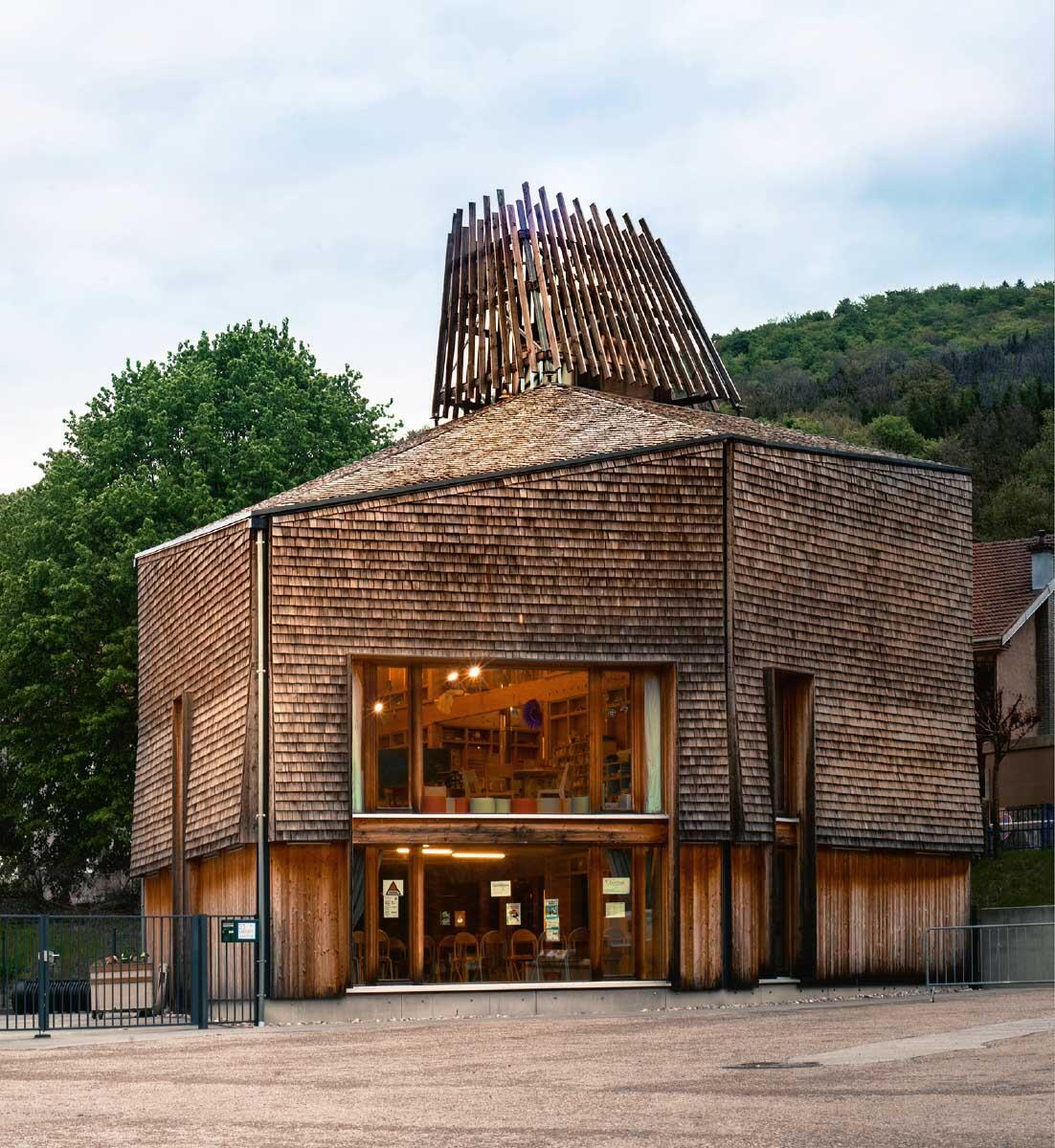 Traditionelle Techniken für das Dorf von heute: Kinderhort (Périscolaire) in Tendon von Haha architectures (2012). Bild: Haha architectures