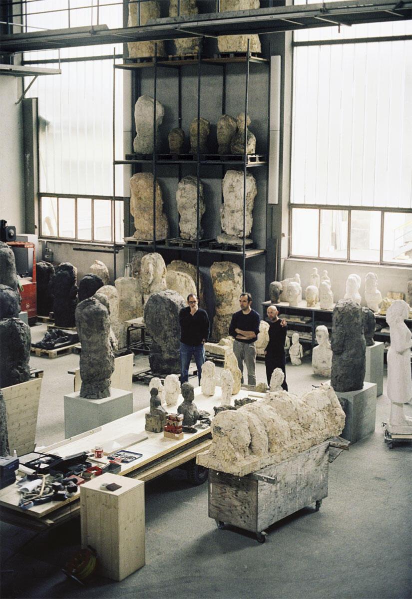 Kesselhaus Josephsohn, Areal Sitterwerk, Ausstellungsaufbau 2005: Felix Lehner mit den Architekten Lukas Furrer und Christoph Flury (rechts).