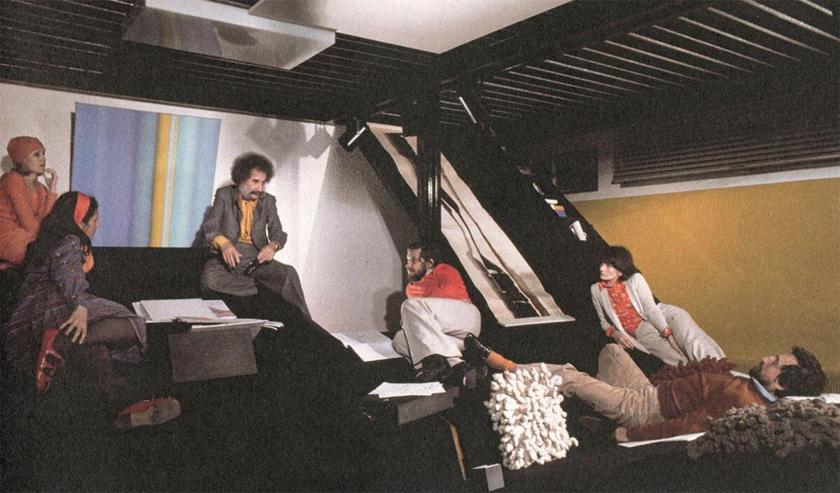 Entspannte Debatte auf der schiefen Ebene: Claude und Naad Parent mit Studierenden in Neuilly-sur-Seine, 1974.