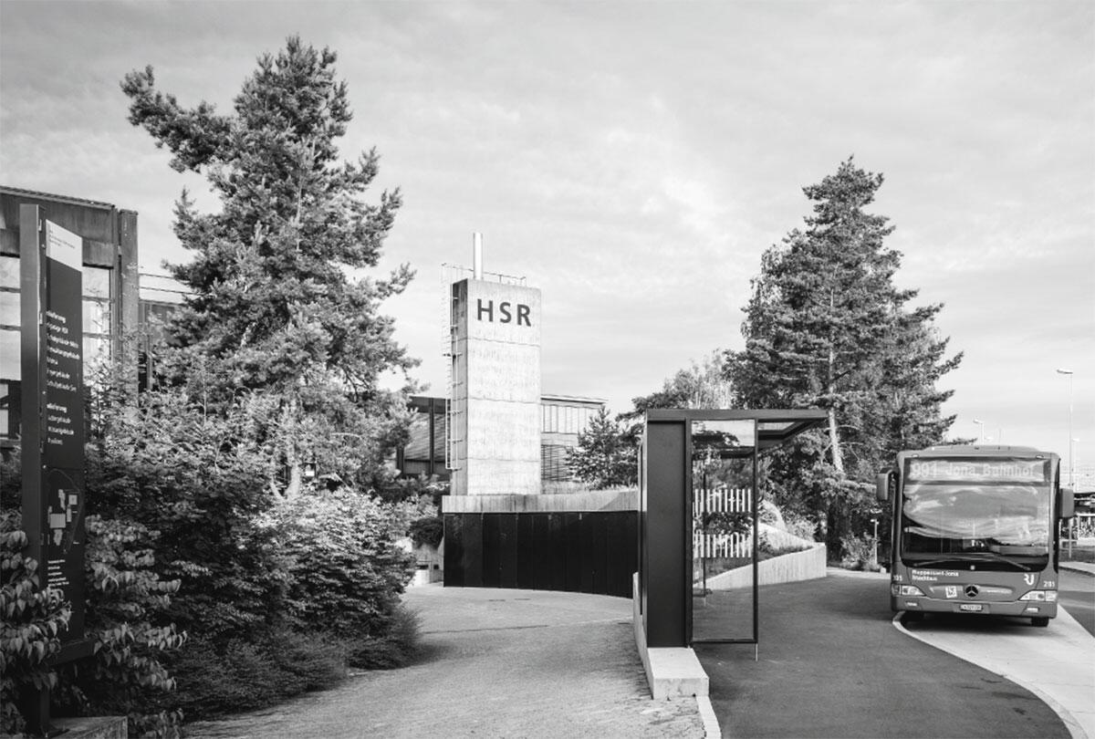 Die Wertstoffsammelstelle von raumfindung architekten vermittelt als landschaftlich gedachte Architektur zwischen Campus und Strasse.