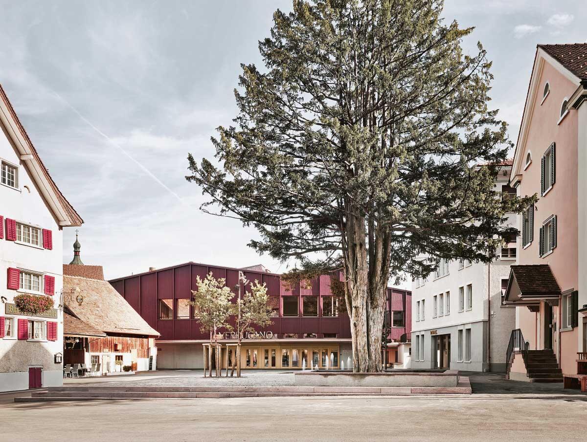 Wo früher Autos parkierten, ist ein ruhiger Platz entstanden, zu dem flache Stufen führen. Rechts der Neubau des Rathauses. Bild: Ladina Bischof