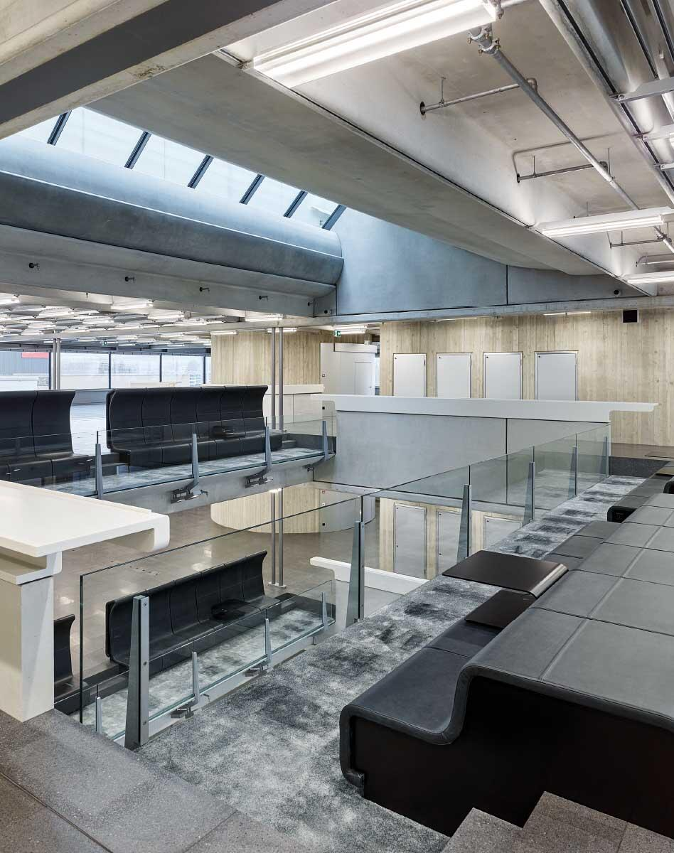 Im Zentrum des Gebäudes sorgt ein Atrium über dem Newsroom für räumliche Transparenz. Hier wird auch die Gesamtkomposition greifbar, die Tragstruktur und Technik einschliesst. Bild: Georg Aerni