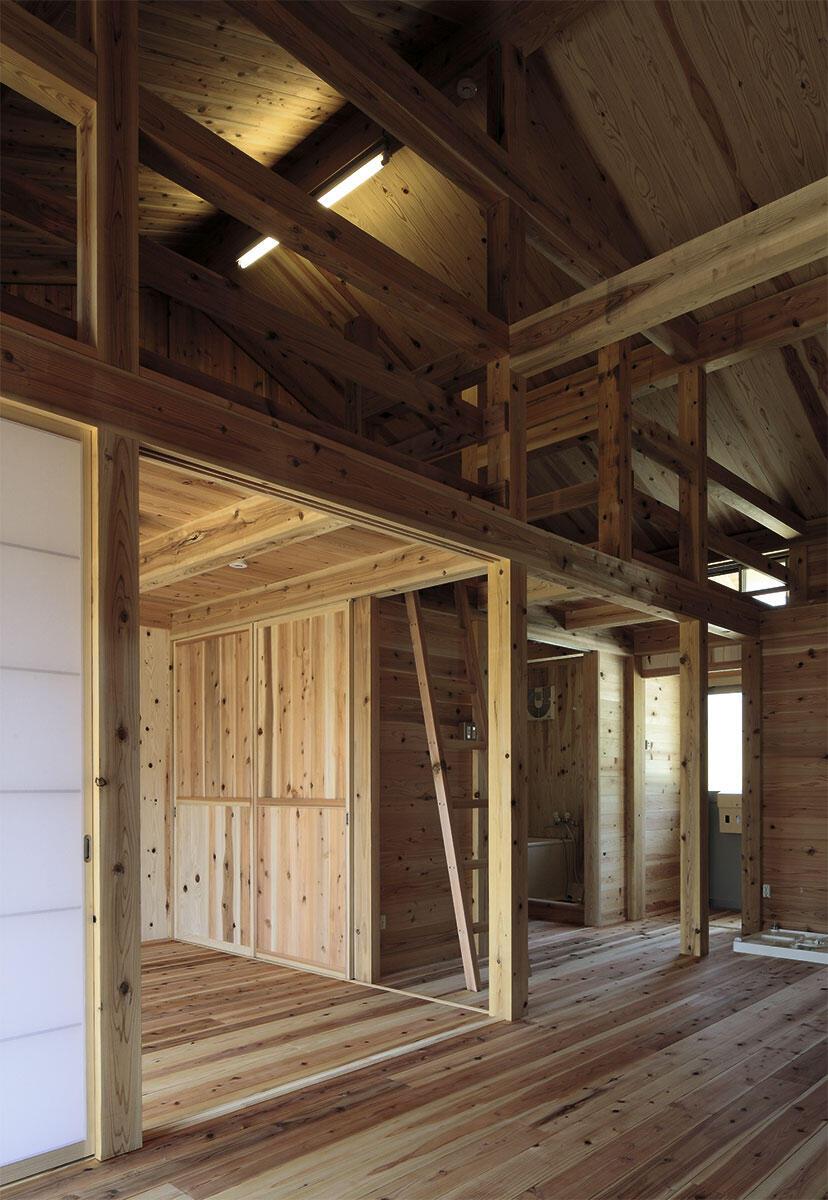 Das Bausystem aus vorgefertigten Holzpaneelen und -pfosten folgt traditionellen Bauprinzipien wie Kleinteiligkeit und Modularität, so dass sich mit dem offenen Dach die typische Atmosphäre eines japanischen Bauernhauses einstellt.