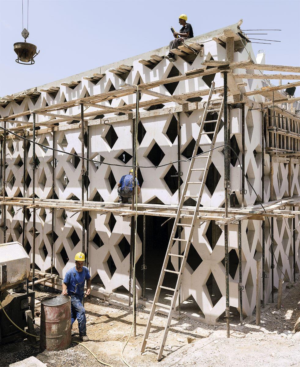 Die Fassade im Bau: algerische Handarbeit für arabisches Ornament in erdbebensicherer Schweizer Präzision.