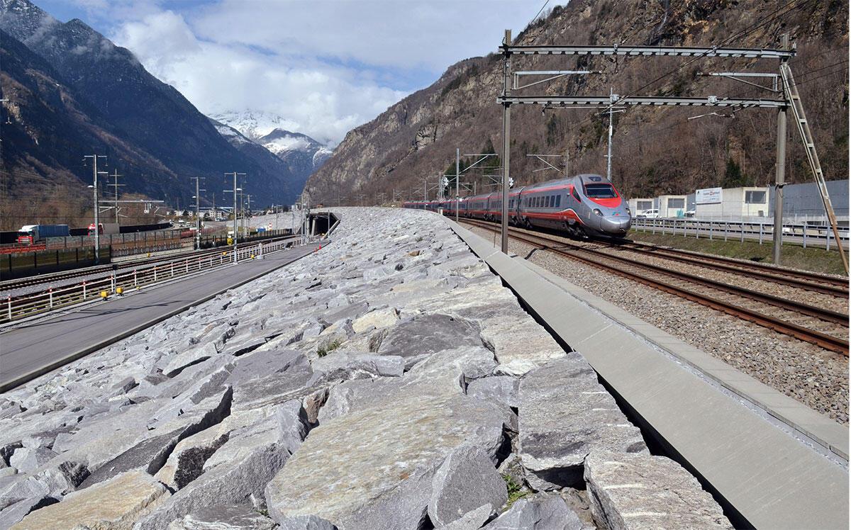 «La falce» am Ceneri-Nordportal im Camorino: Der sichelförmige Damm trägt die Überwerfung der Bergstrecke, er wird vom Portal des Basistunnels durchstossen.