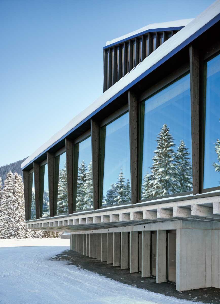 Rundum erneuert: Unter laufendem Spielbetrieb wurde das Eisstadion Davos in drei Sommern renoviert und mit einem Umgang aus Beton ergänzt – dessen Konstruktion an einen Holzbau erinnert. Bild: Ruedi Walti