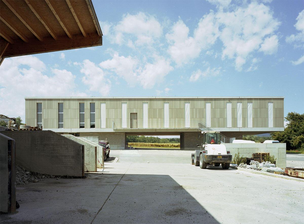 Roh, direkt und kräftig: Mit Keramikplatten verkleideter Baukörper des Bürogebäudes von Käferstein & Meister Architekten.