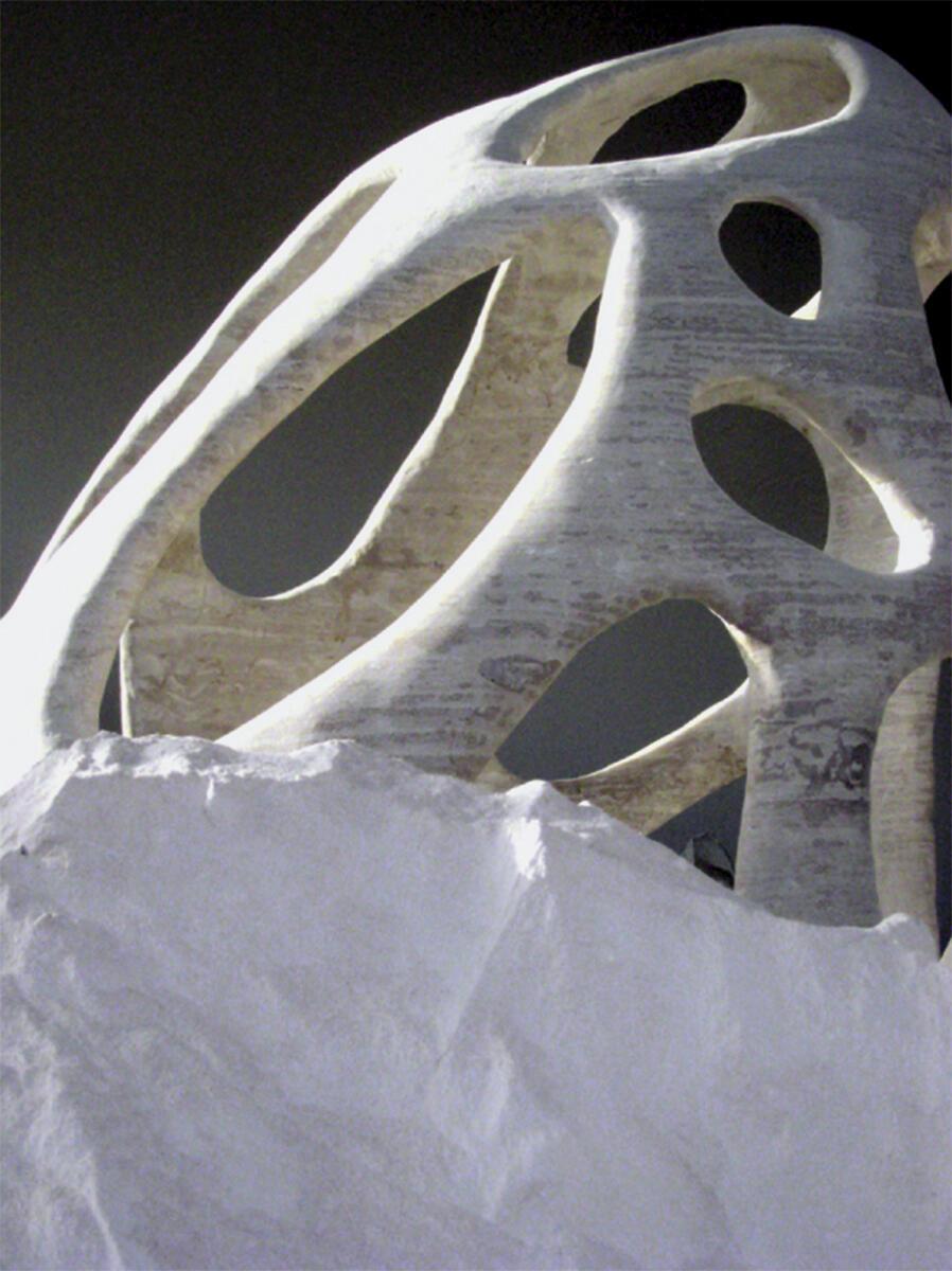 Stereotomie wird zur Archäologie: Nachdem sie Schicht um Schicht gedruckt wurden, werden die Objekte von D-Shape aus ihrem Sandbett ausgegraben.
