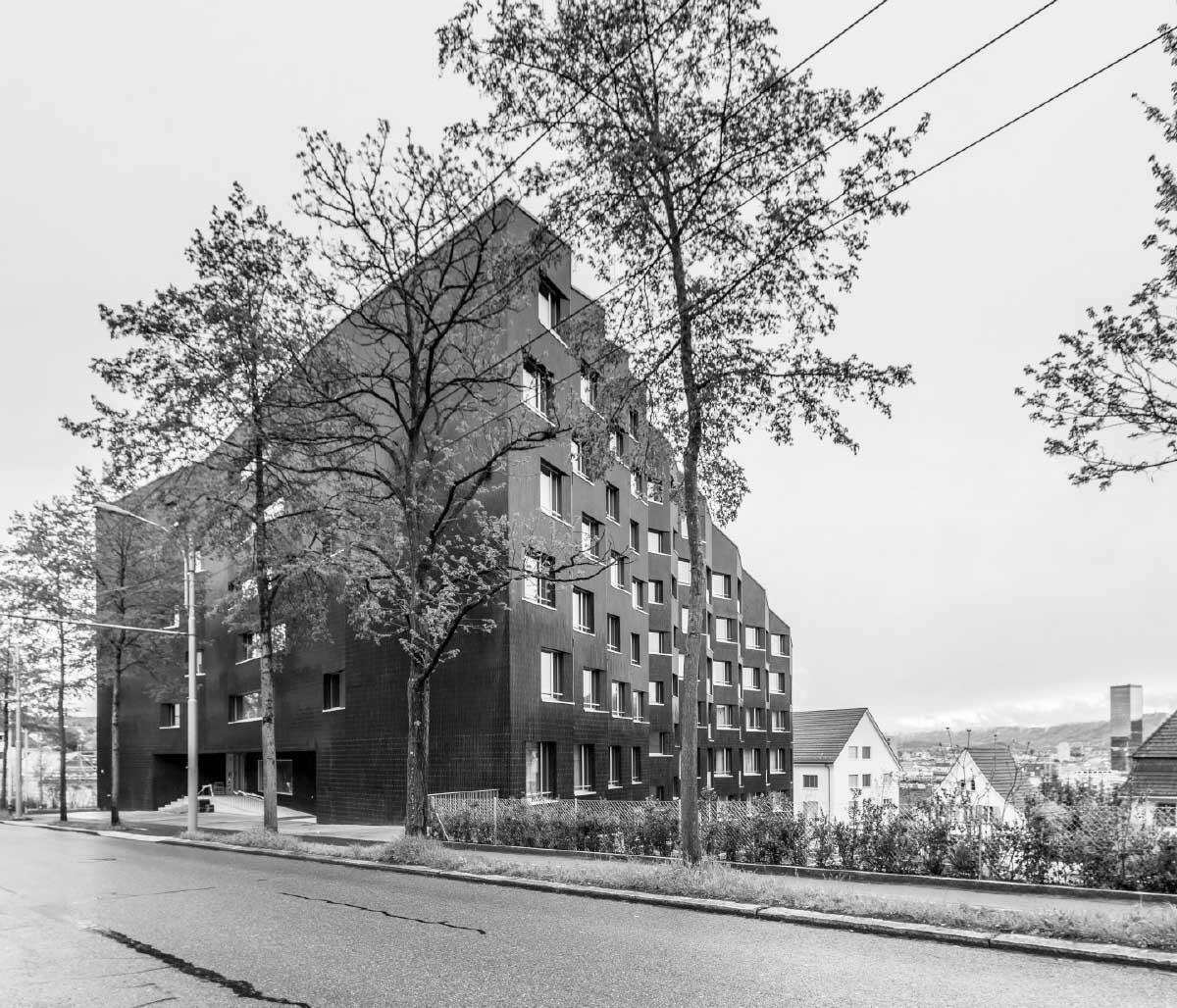 West- und Nordfassade mit Haupteingang an der Nordstrasse. Unten: Der Speisesaal im Gartengeschoss.  Bild: Annett Landsmann
