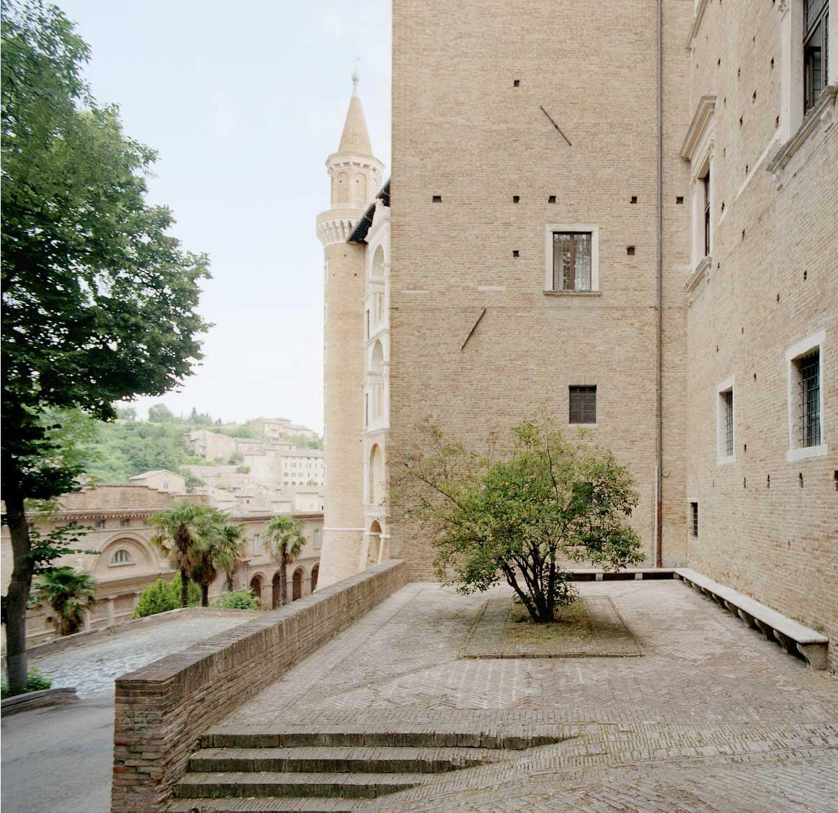 Aufgang vom Vorplatz des Teatro Sanzio zum Palazzo Ducale, Blick zurück auf die Loggia Bild: Gaia Cambiaggi