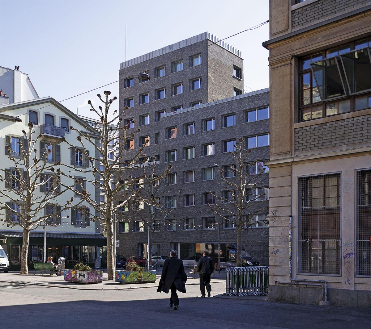 Das neue Wohnhaus für Studierende an der Place des Volontaires. Im Vordergrund rechts die Usine.