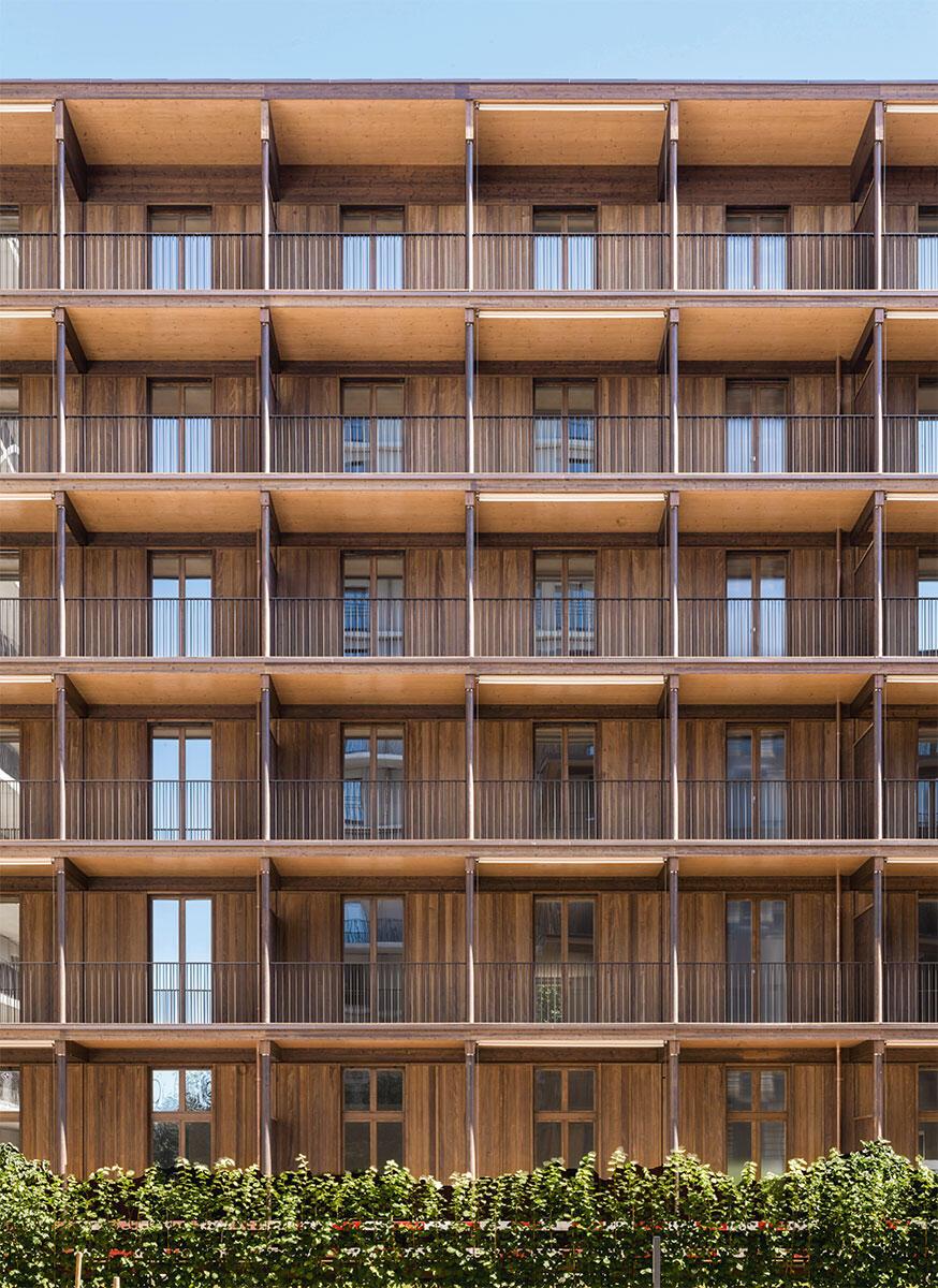Säulen, Kapitelle, Balkonbrüstung und Fassadenelemente bilden eine raumhaltige Fassade, in der sich verschiedene Rhythmen überlagern.