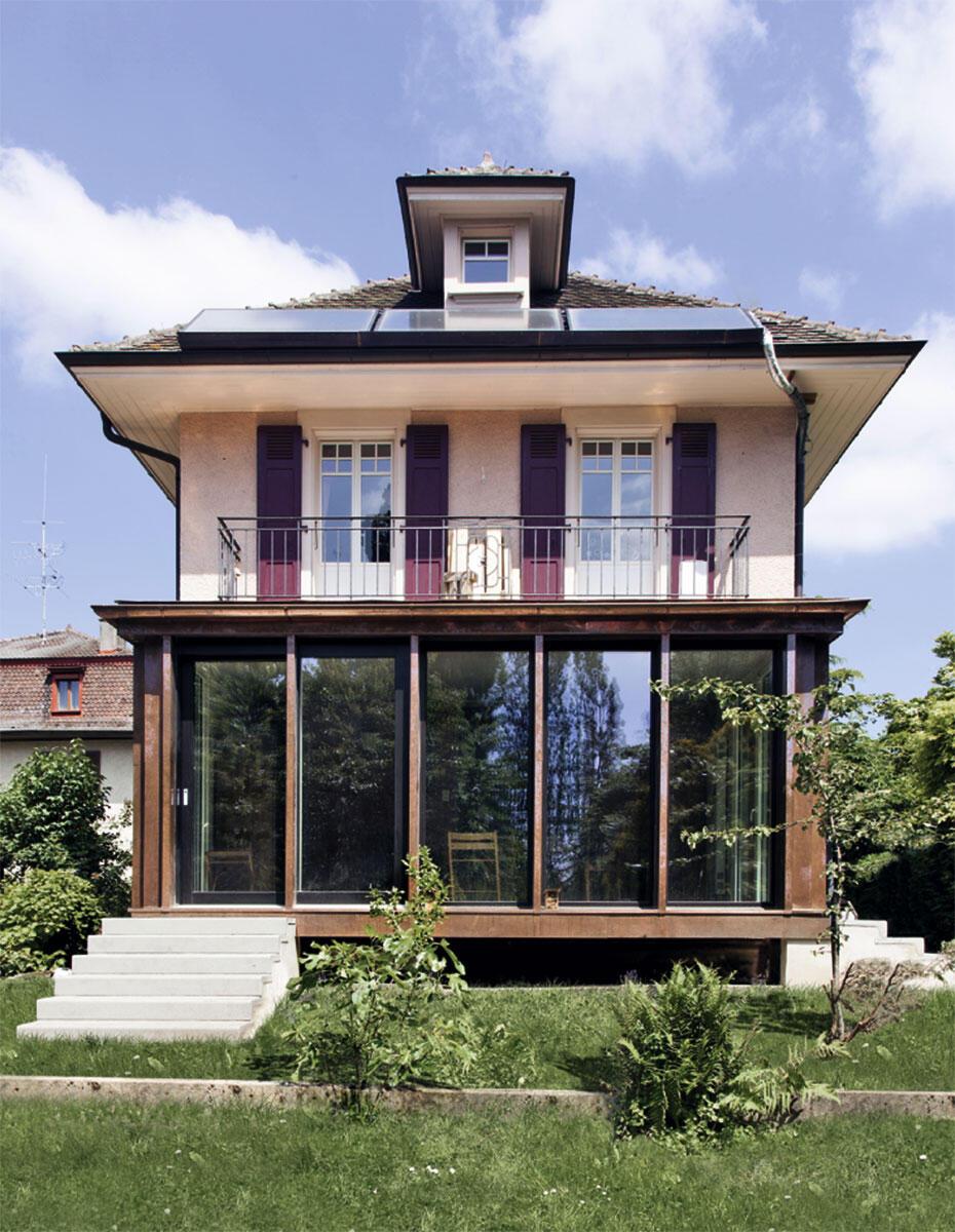 Extension d'une petite villa : Malgré un contraste des matériaux et du vocabulaire architectural très présent, les deux volumes dialoguent au travers de l'harmonie des tons, des couronnements de toiture… Il n'y a pas unité mais continuité.