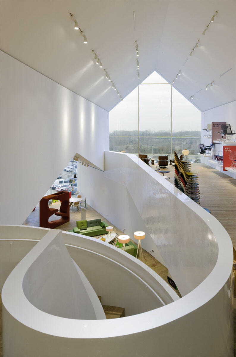 Die Treppenspindel an der vertikalen Schnittstelle des Stapels vom Vitra-Haus von Herzog & de Meuron