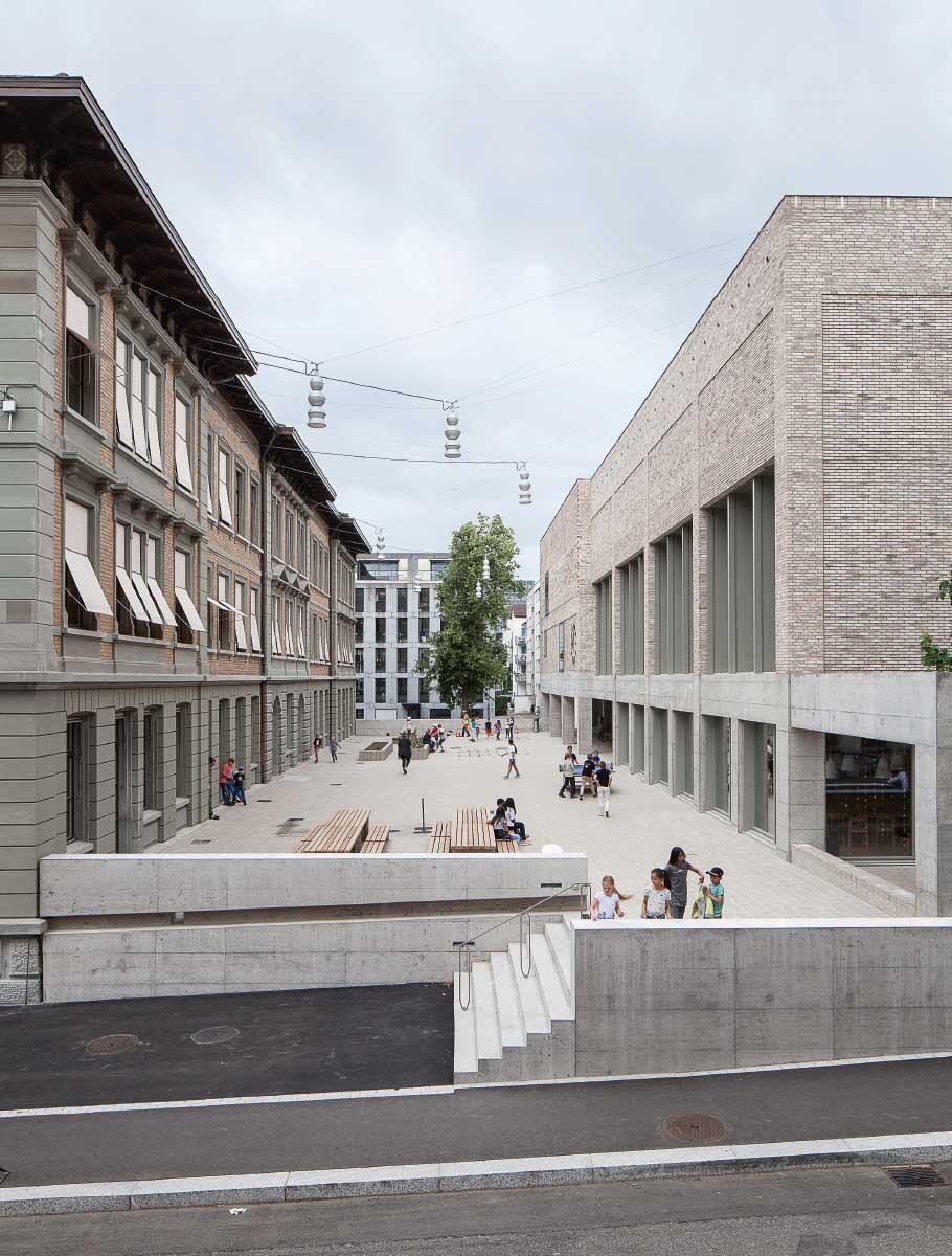 Der gemeinsame Aussenbereich bindet Altbau und Neubau zusammen. Der öffentliche Raum im Blockinneren verzahnt sich mit dem Strassenraum. Bild: Christian Kahl