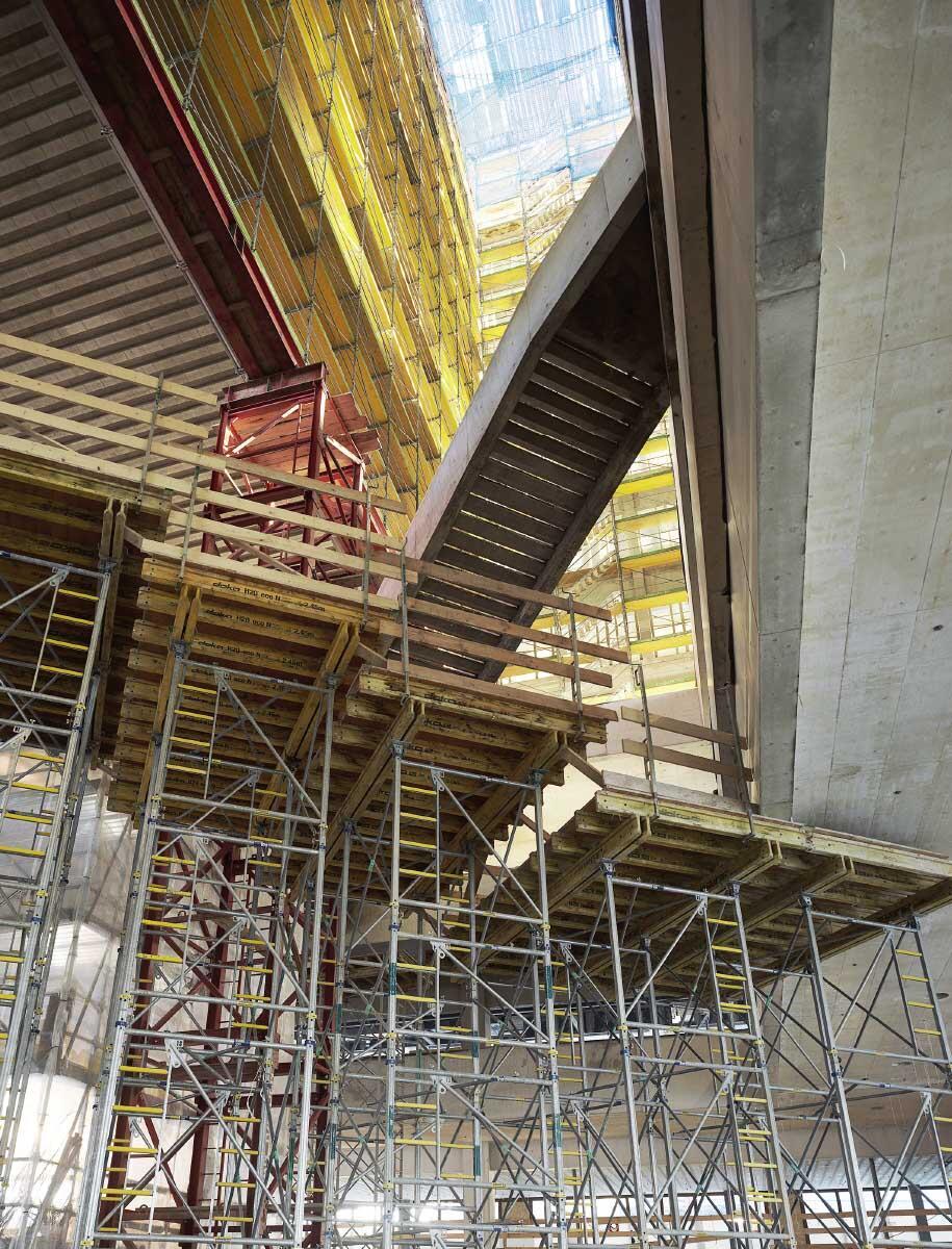Gerüsttürme im Atrium für den Mitteltrakt und die vorgespannten Treppen. Bild: Andrea Helbling