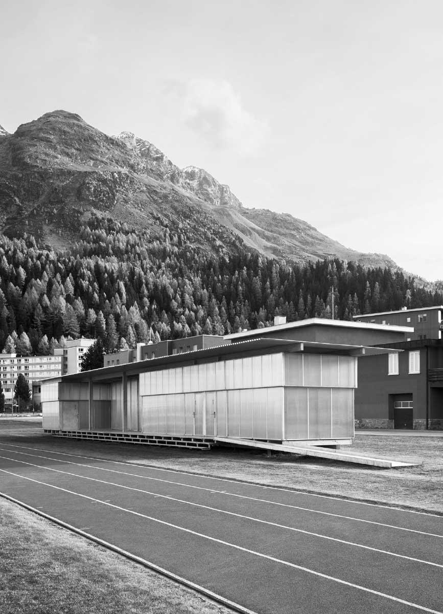 Das Gebäude für Garderoben, Massage und Theorie  ist vollständig demontierbar und wird im Winter in einen anderen Bau eingelagert, der im Sommer auch als Geräteraum dient. Bild: Laura Egger