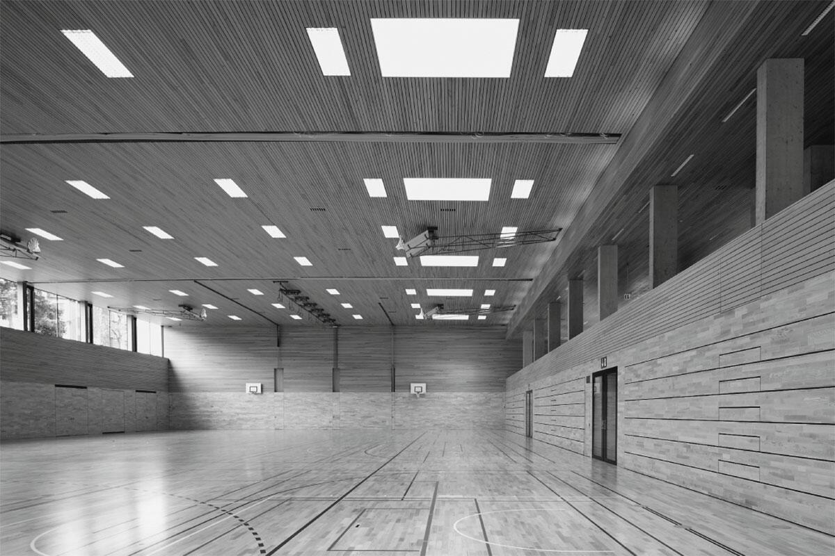 Ganz in Holz ausgekleidete Sporthalle Seeblick in Mörschwil von Oestreich + Schmid Architekten, St. Gallen
