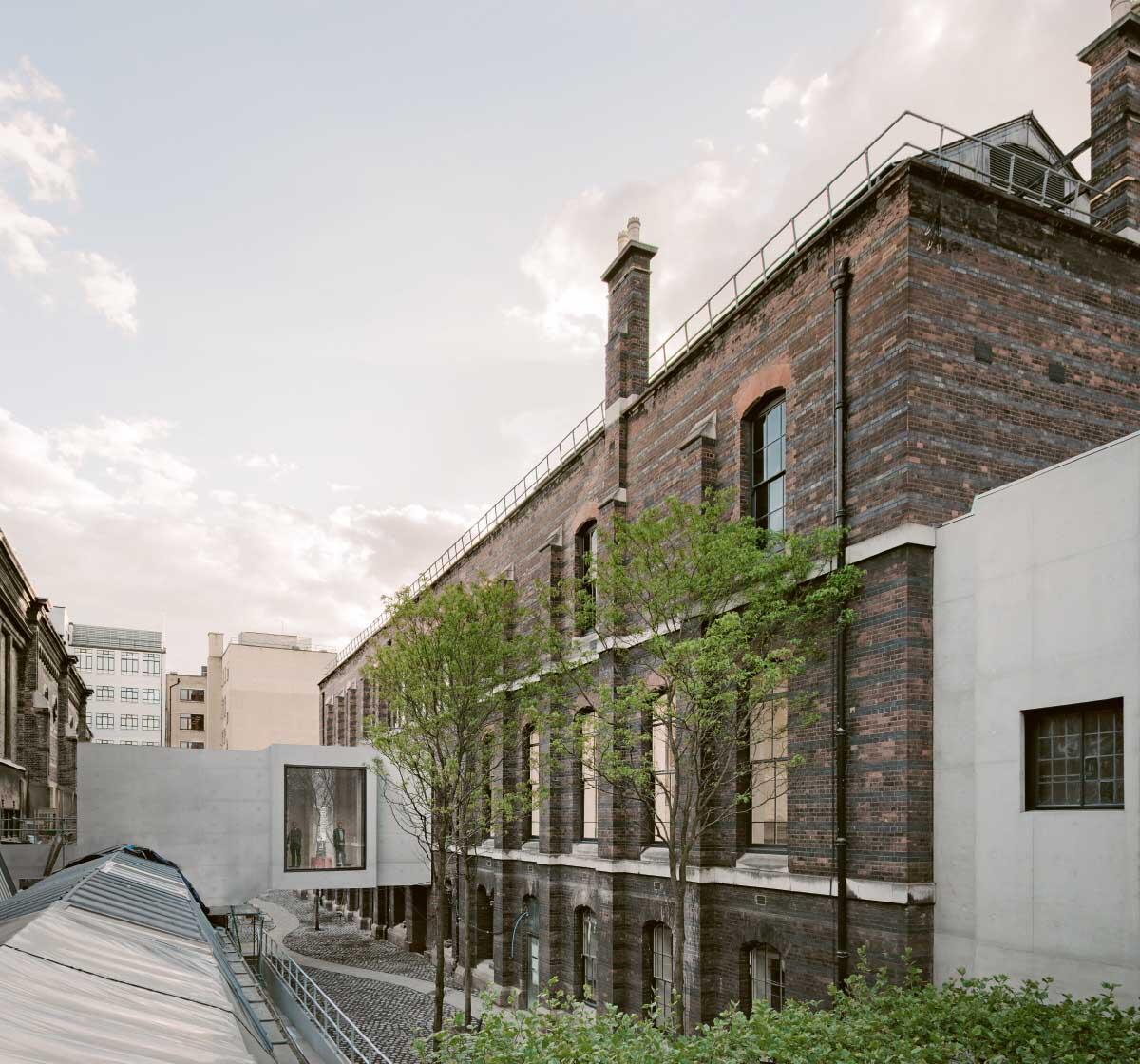 Die Brücke aus hellem Beton verbindet die Rückseiten von Burlington House und Burlington Gardens (rechts) quer über die Ateliers der Royal Academy hinweg. Im seitlichen Anbau wurde der British Academy Room der Universität wieder eingebaut. Bild: Achim Menges