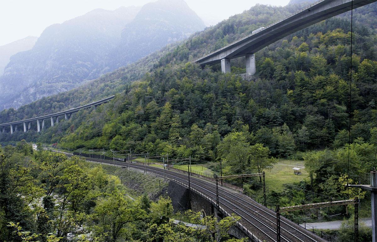 In einer eleganten Geste überwindet die Autobahn in der Biaschina die Gländestufe, für welche die Bahn zwei Kehrtunnels braucht.