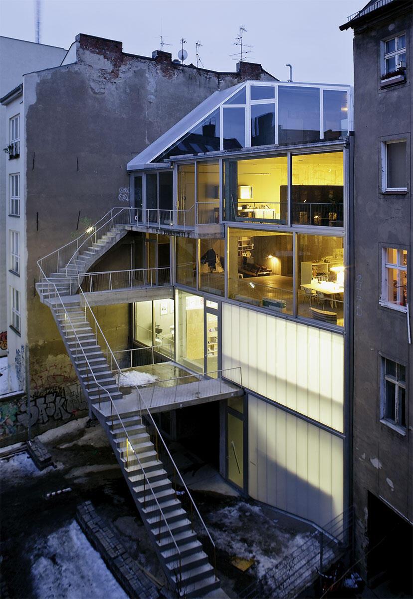 Die Rückseite des Hauses. Die (aus Brandschutzgründen) 5 m von der Fassade abgesetzte Treppe schafft Platz im Innern.