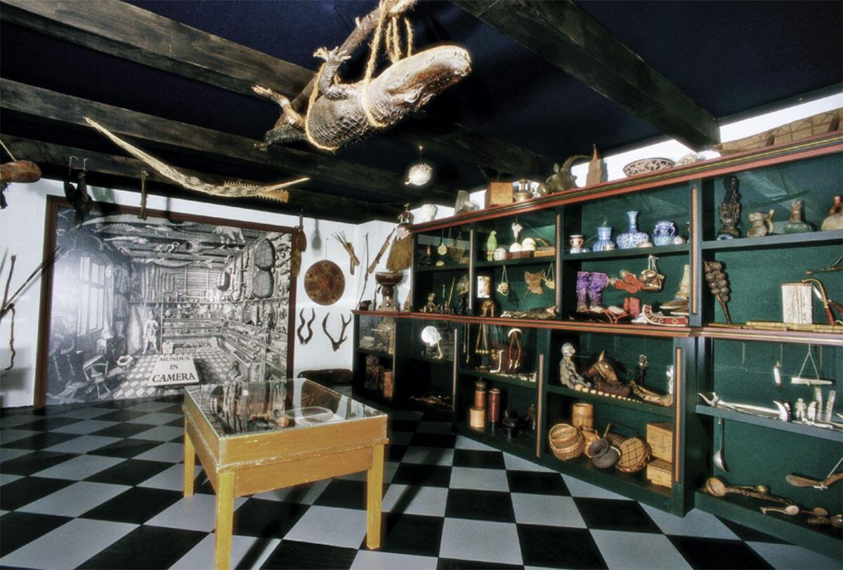 Rekonstruktion der Wunderkammer des Kopenhagener Arztes Ole Worm in der Ausstellung des Völkerkundemuseums der Universität Zürich «Die Welt im Zimmer» 1998.
