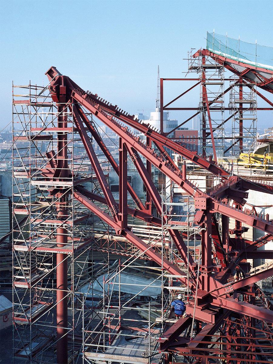 Mächtige Stahlknoten im Dach des grossen Saals der Elbphilharmonie. Die Spitze ist provisorisch abgestützt. Architektur: Herzog & de Meuron; Ingenieure: Schnetzer Puskas
