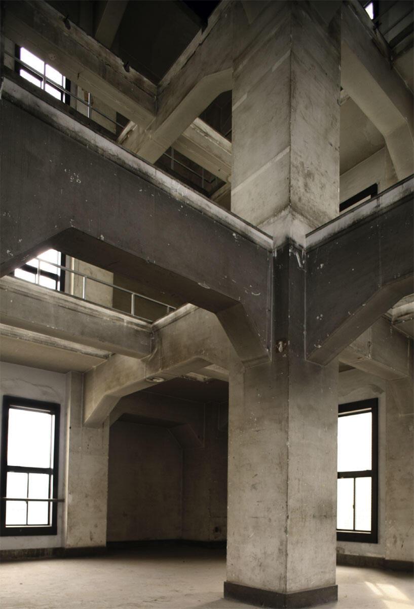 Aussteifende Betonstruktur im Turm des Hauptgebäudes des Tokyo Tech, an dem Kazuo Shinohara lehrte. Das Gebäude wurde durch die Campus-Bauabteilung geplant und 1935 fertiggestellt. Dem Neubau wurde nachgesagt, dass er so erdbebensicher sei, dass er auf den Kopf gestellt werden könnte.
