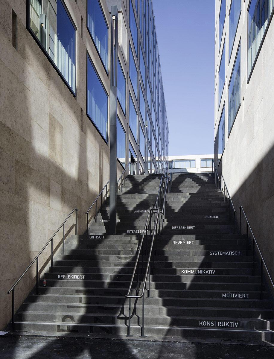 Die Treppe mit ihren 42 Stufen überwindet die sieben Meter Höhendifferenz zwischen dem Strassenniveau und der oberen Sockelebene vom Campus Europaallee in Zürich von Max Dudler.