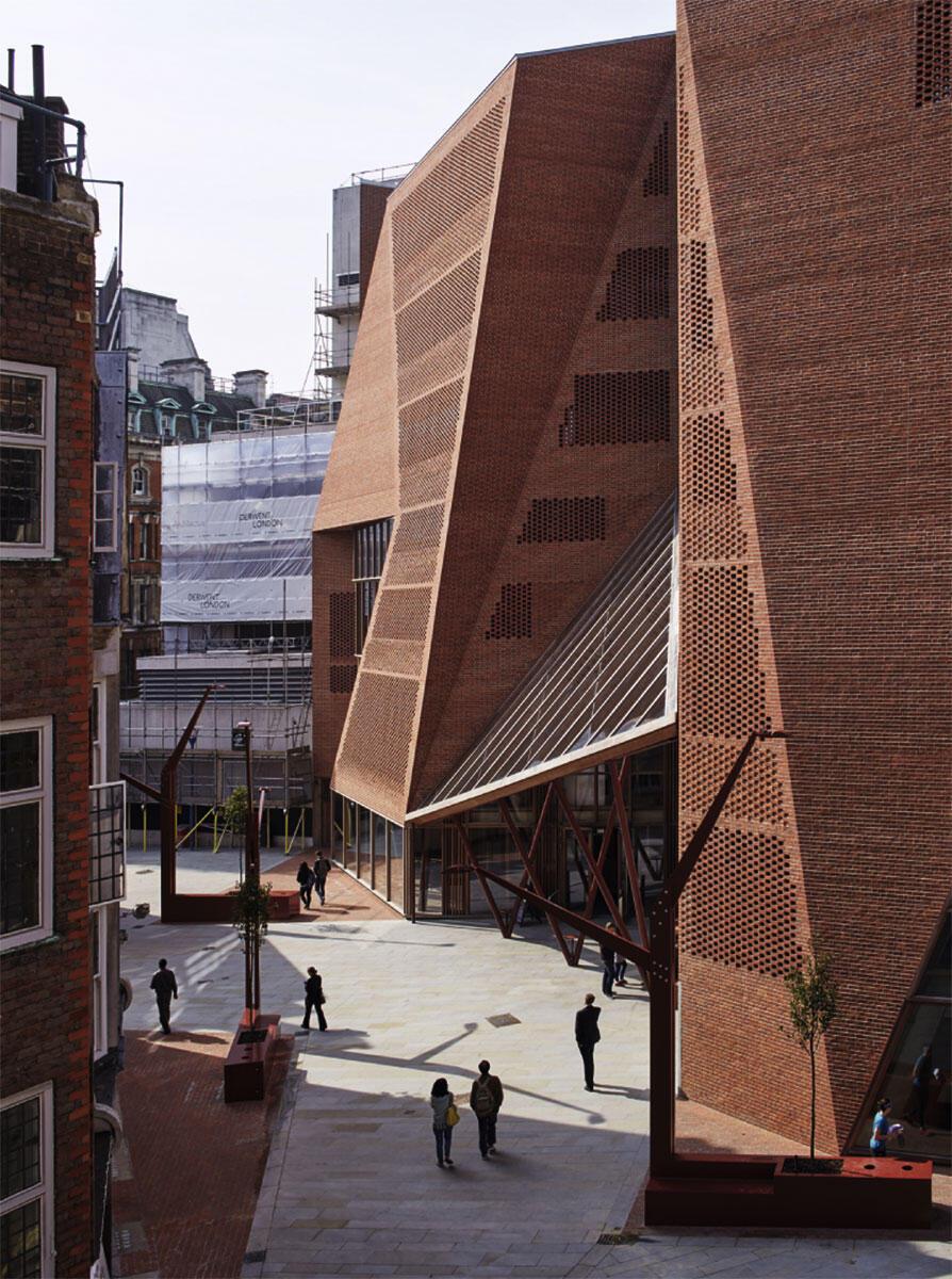 Der Neubau des Studentenzentrums LSE-Campus in London von O\\'Donell + Tuomey wird in eine sehr dichte städtische Situation eingepasst, in der Backstein schon vertreten ist.