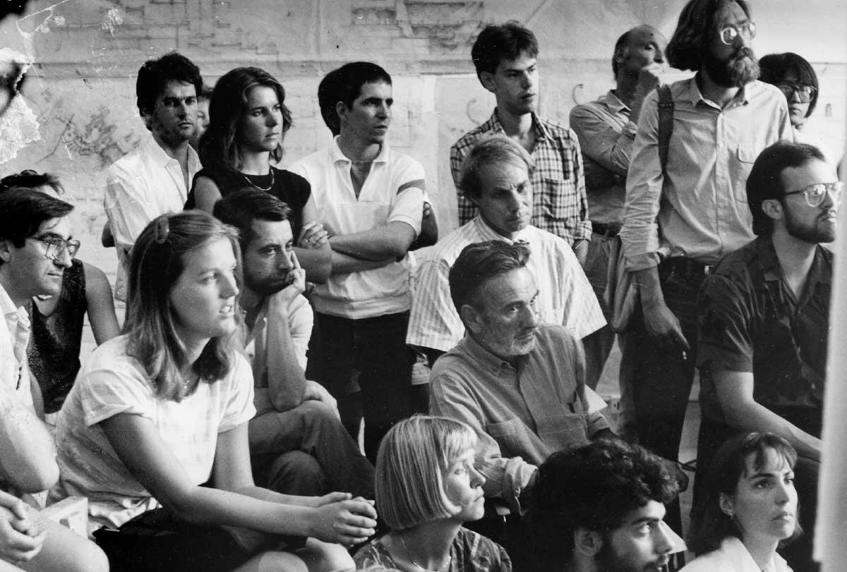 Giancarlo De Carlo mit Peter Smithson im Kreise von Studierenden an einem ILAUD-Workshop in Urbino.  Bild: IUAV, Fondo Giancarlo De Carlo