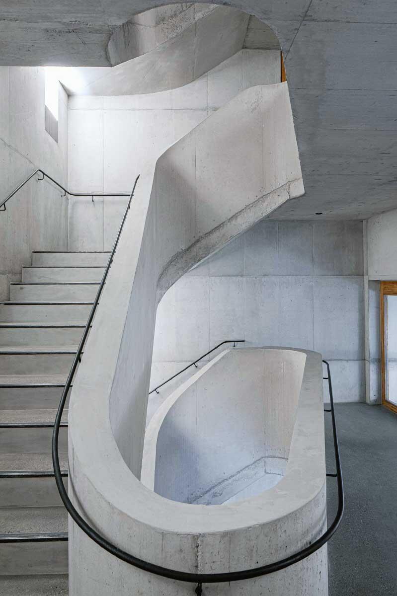 Zwei Treppenhäuser an den Schmalseiten des Gebäudes erschliessen das Hostel sowie Gewerberäume und Ateliers. Die Treppe gleicht einer Skulptur. Bild: Christian Kahl