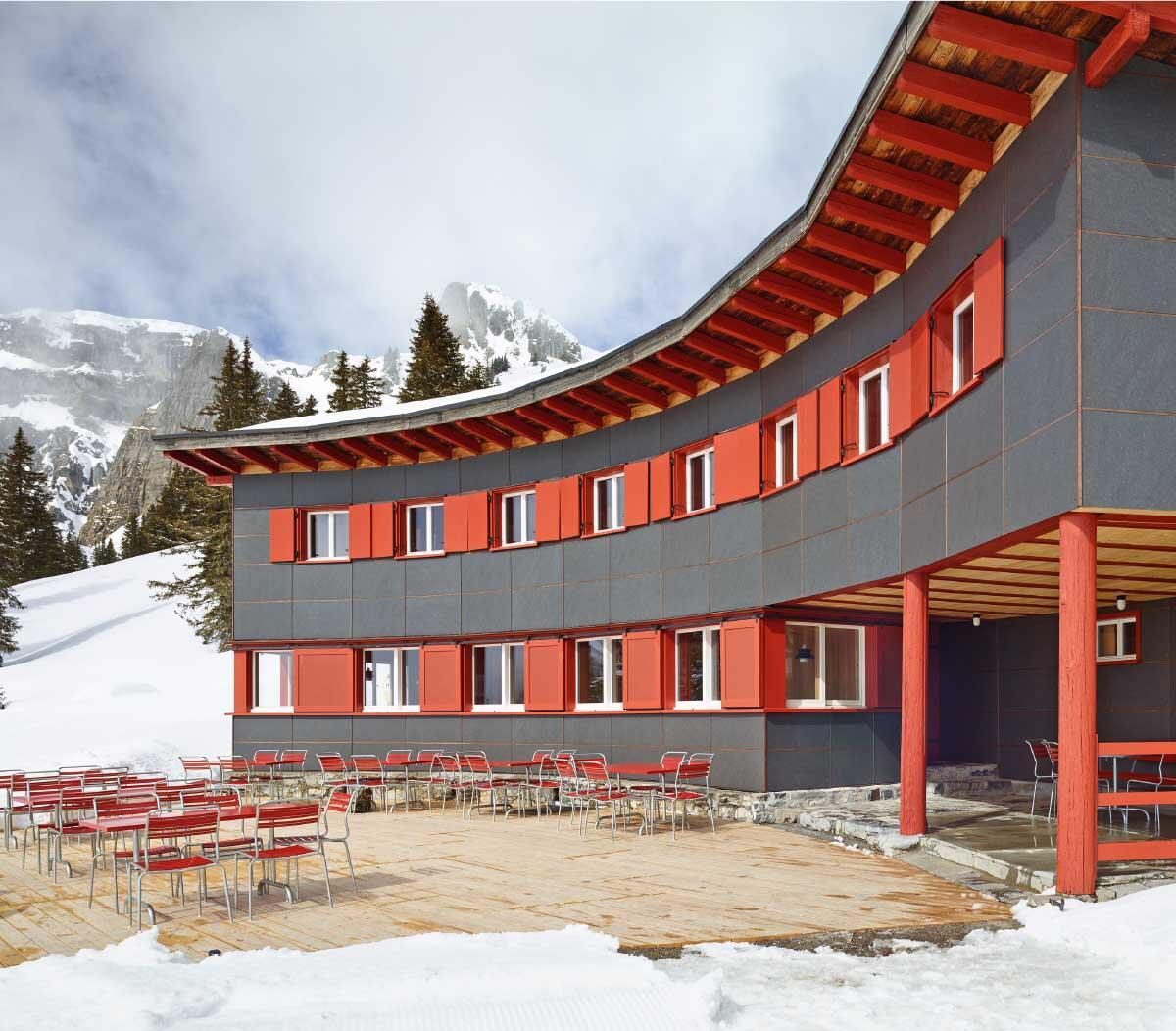 Das Ortstockhaus lädt in der verschneiten Berglandschaft zur Rast ein. In der wiederhergestellten offenen Halle finden Berggänger bei schlechtem Wetter Schutz. Die später hinzugefügte Aufstockung darüber behielt man als Pächterwohnung bei. Bild: Hannes Henz