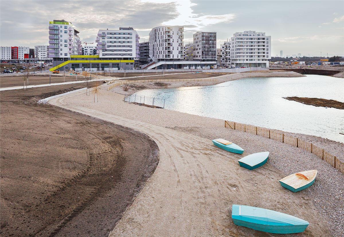 Vom Seepark finden sich erste Spuren: Noch steht die erste Stadtinsel einsam am Asperner See, der zukünftigen Mitte dieser Neustadt, bereits angeschlossen durch die Wiener Linie U2.