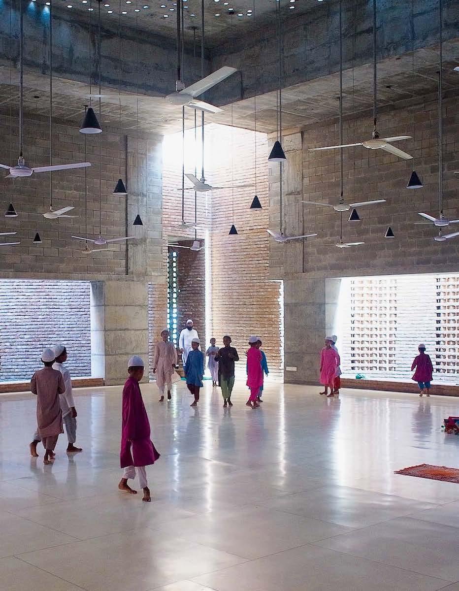 Die kuppel- und minarettlose Moschee Bait Ur Rouf von Marina Tabassum, dient den Quartierbewohnern auch als Mehrzweckgebäude. Sie basiert auf einer porösen, zwiebelschalenartigen räumlichen Schichtung, welche die natürliche Ventilation anregt und eine magische Tageslichtführung evoziert.
