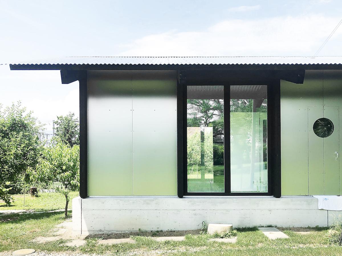 La frontière floue entre l'intérieur et l'extérieur se voit renforcée par la succession régulière de verre et d'aluminium en façade