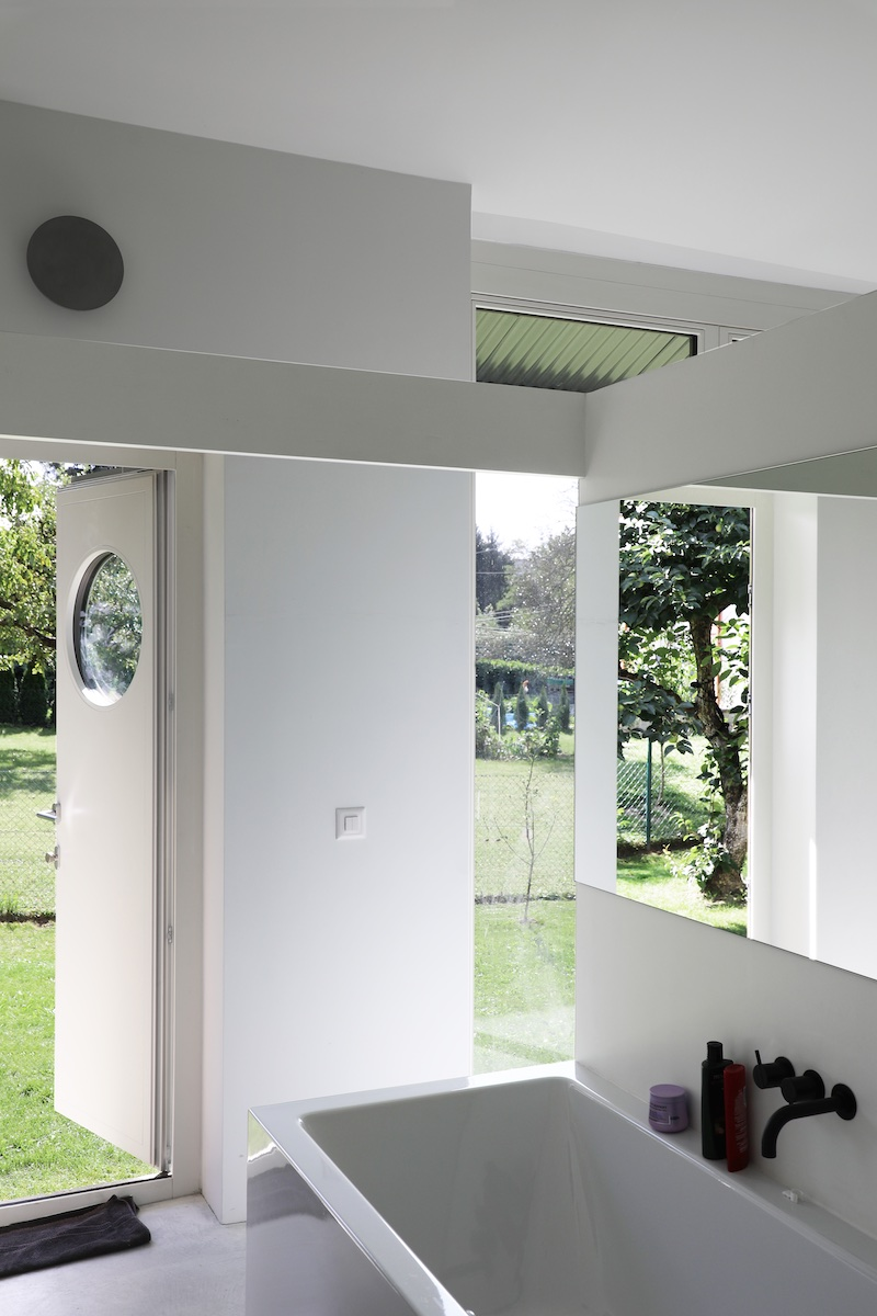 La finesse de la maison permet son interpénétration avec le jardin