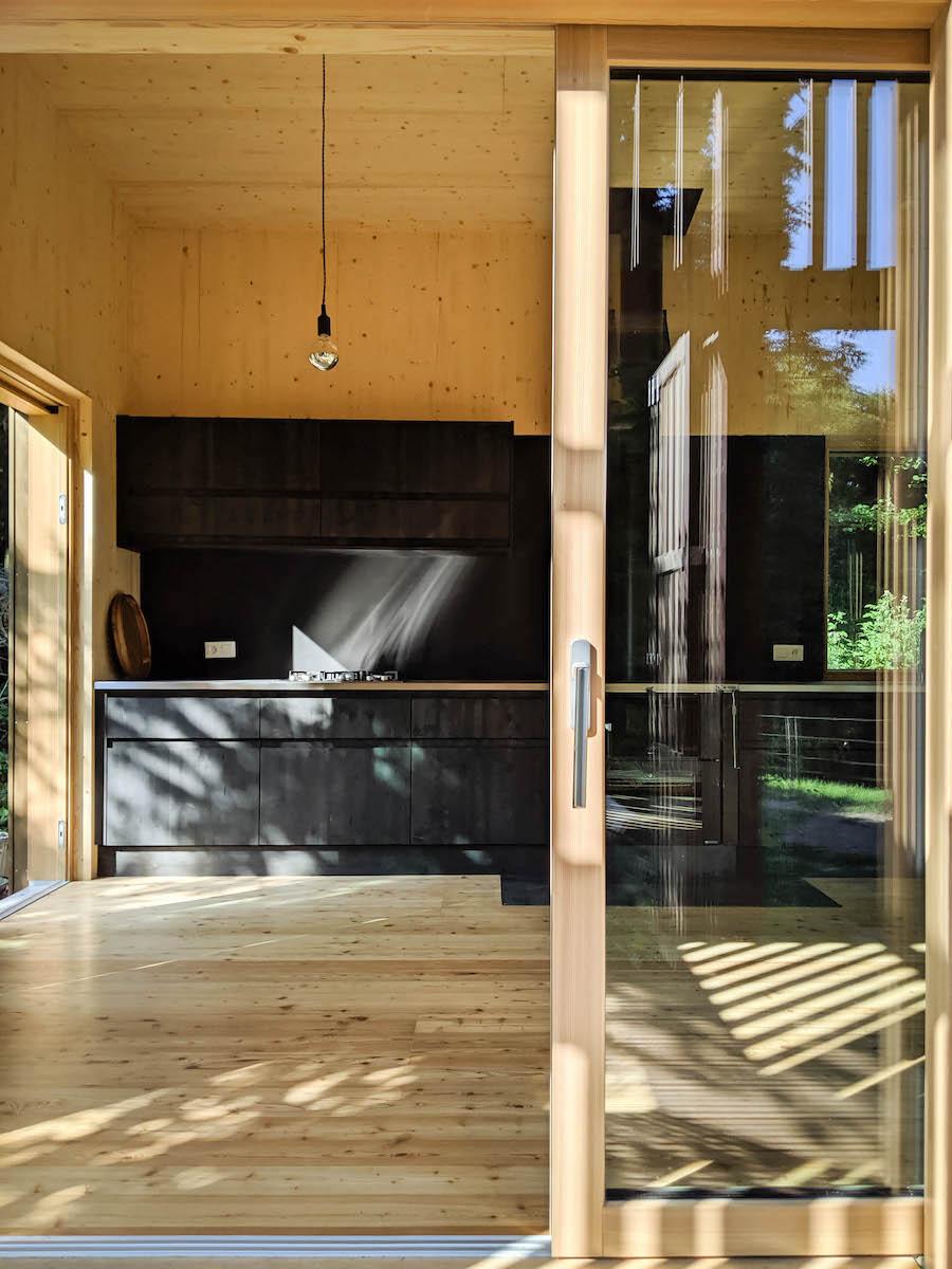 Die durchlässige Verkleidung des Baus erfüllt seine Räume mit einem Lichterspiel.