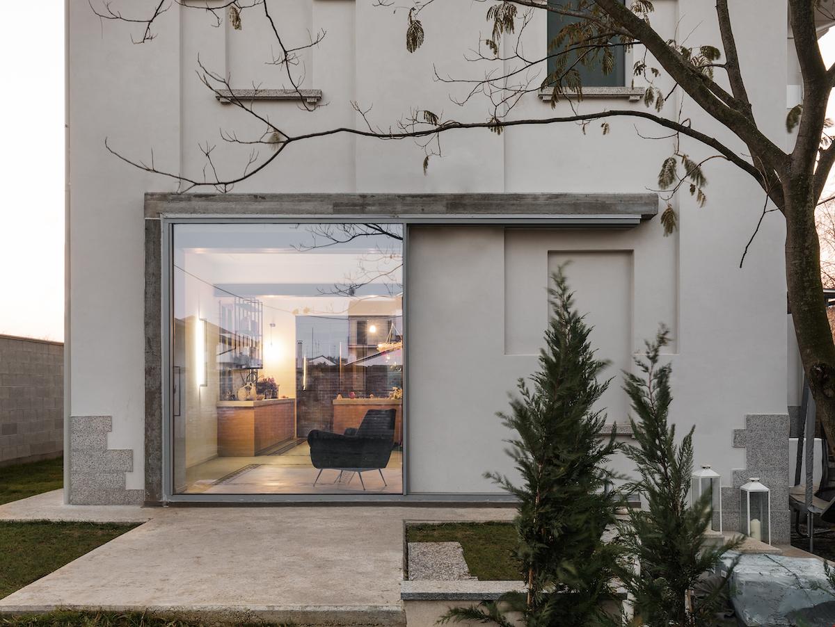 Gezielt gesetzte kolossale Schiebefenster lassen den knappen Essbereich im Sommer mit dem Garten verschmelzen.
