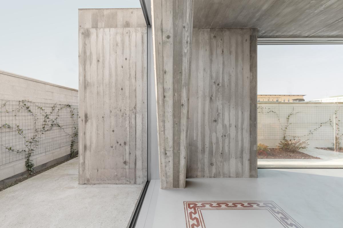 Die minimalen Wandabschnitte und die maximalen Öffnungen verlängern den Raum bis an die Gartenmauer.