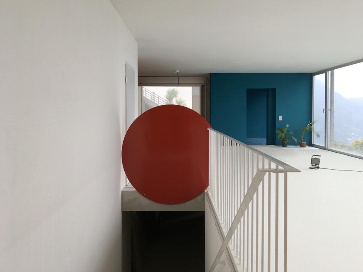 In der Verlängerung des Esszimmers liegen Wohnzimmer und Terrasse hinter dem blauen Baukörper.