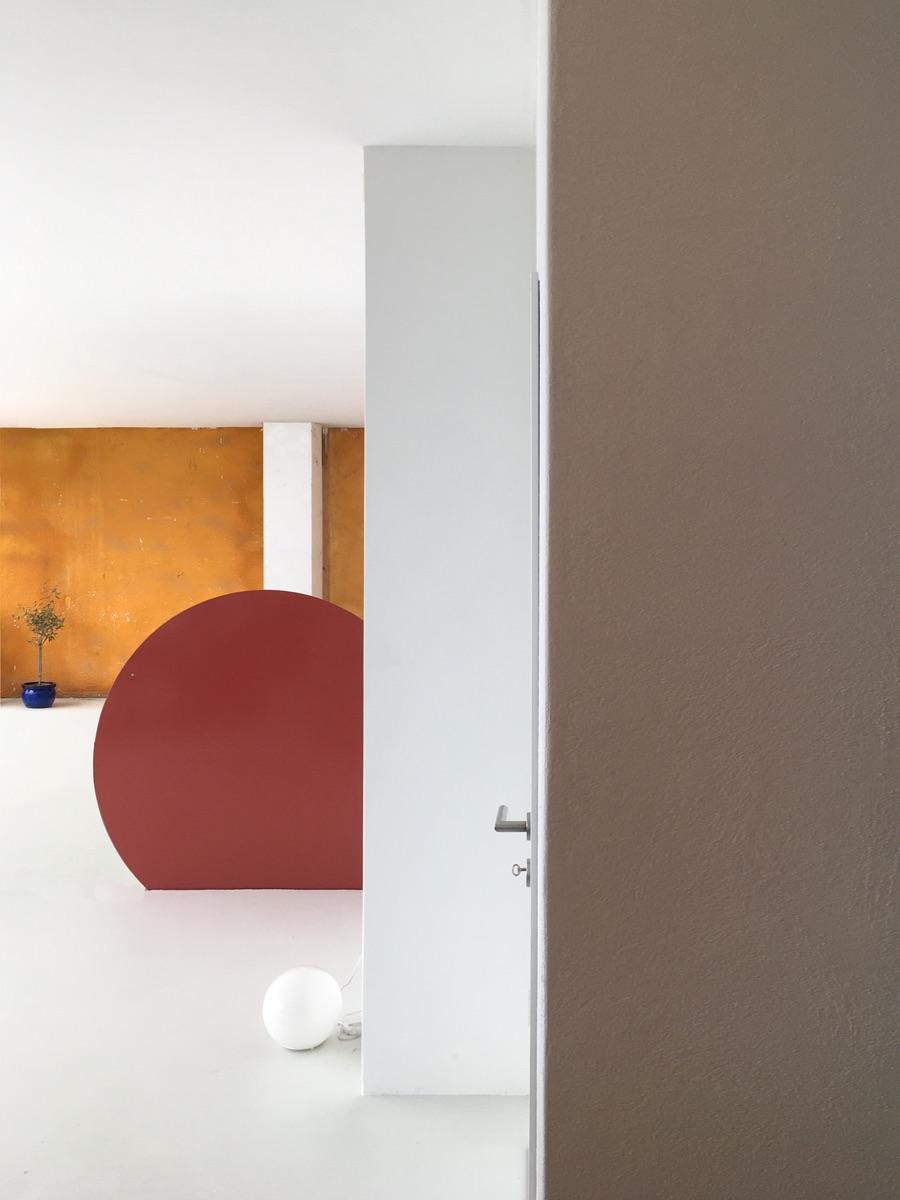 Ein Spiel aus Formen und Farben bereichern den Raum.